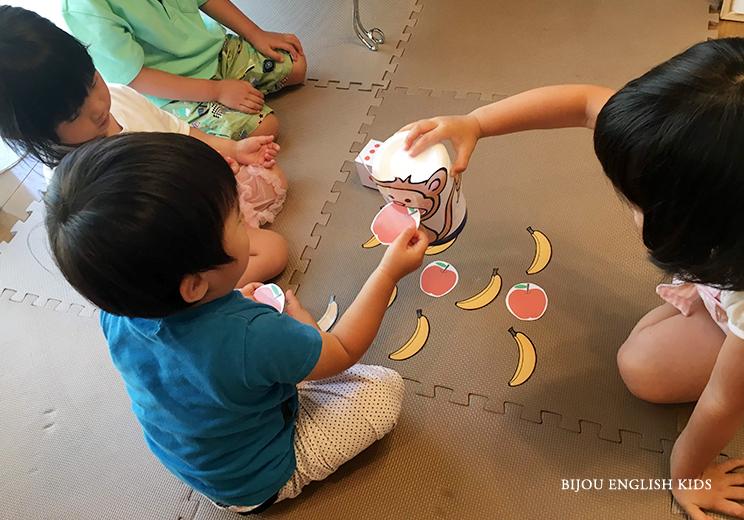 feeding monkey game